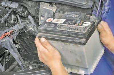 Снятие и установка аккумуляторной батареи Шкода Фабия