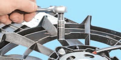 Снятие и установка электродвигателя вентилятора радиатора системы охлаждения двигателя Шкода Фабия
