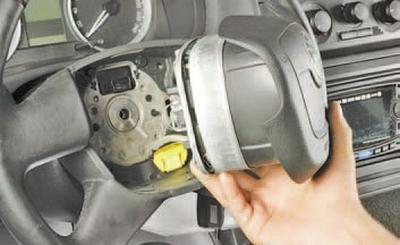 Снятие и установка контактного кольца звукового сигнала и подушки безопасности Шкода Фабия