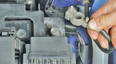 Снятие и установка выключателя (замка) зажигания Шкода Фабия