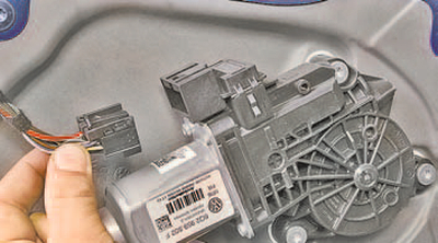 Замена моторедуктора стеклоподъемника передней двери Шкода Фабия