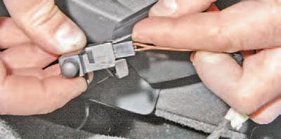 Замена выключателя сигнализатора стояночного тормоза Шкода Фабия