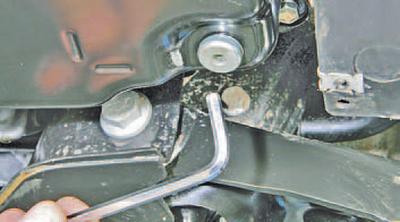 Проверка уровня, доливка и замена рабочей жидкости в автоматической коробке передач Шкода Фабия