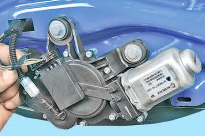 Снятие и установка моторедуктора стеклоочистителя окна двери задка Шкода Фабия