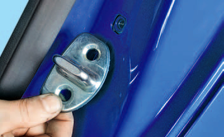 Снятие и установка скобы замка двери Шкода Фабия