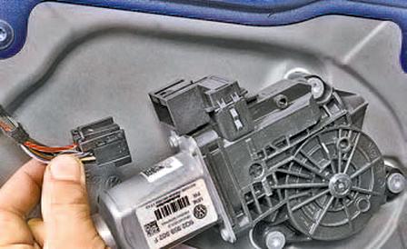 Снятие и установка стеклоподъёмника передней двери Шкода Фабия