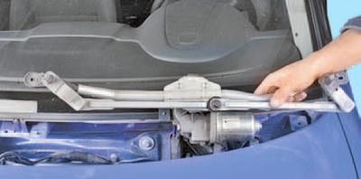 Снятие и установка трапеции стеклоочистителя ветрового окна Шкода Фабия