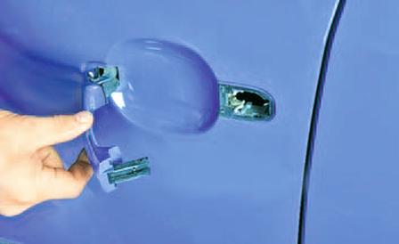 Снятие и установка выключателя замка и наружной ручки передней двери Шкода Фабия