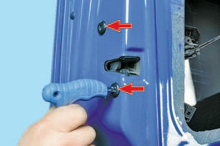 Снятие и установка замка передней двери Шкода Фабия