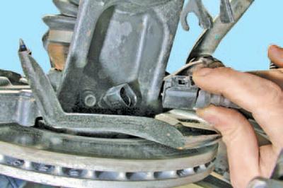 Снятие и установка амортизаторной стойки передней подвески Шкода Фабия