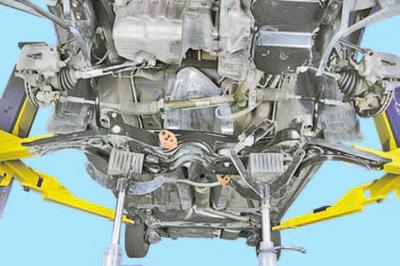 Замена деталей стабилизатора поперечной устойчивости передней подвески Шкода Фабия