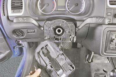 Снятие и установка кожуха рулевой колонки Шкода Фабия
