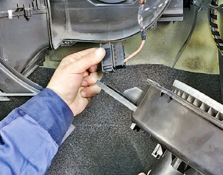 Снятие и установка вентилятора воздухонагнетателя Шкода Фабия
