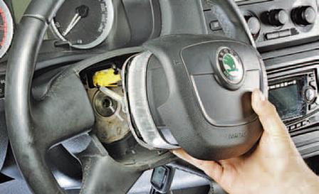 Снятие и установка подушки безопасности водителя Шкода Фабия