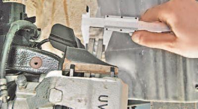 Проверка степени износа тормозных колодок, дисков и барабанов Шкода Фабия