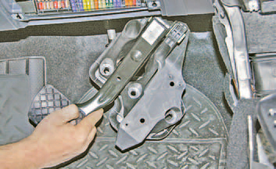 Снятие и установка педали тормоза Шкода Фабия