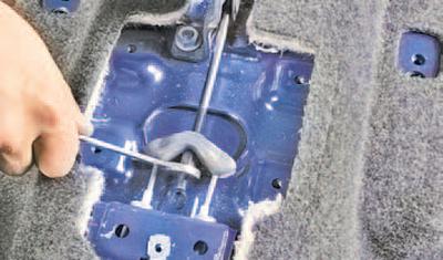 Снятие и установка рычага привода стояночного тормоза Шкода Фабия