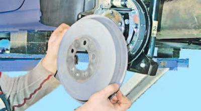 Снятие и установка тормозного барабана тормозного механизма заднего колеса Шкода Фабия
