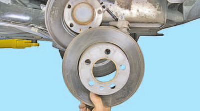 Снятие и установка тормозного диска тормозного механизма заднего колеса Шкода Фабия