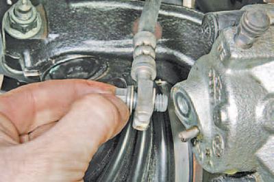 Снятие и установка тормозной скобы тормозного механизма переднего колеса Шкода Фабия