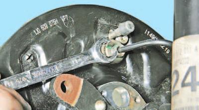 Замена рабочего цилиндра тормозного механизма заднего колеса Шкода Фабия
