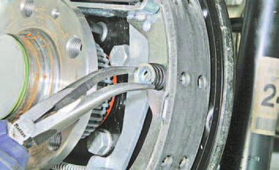 Замена тормозных колодок тормозного механизма барабанного типа заднего колеса Шкода Фабия
