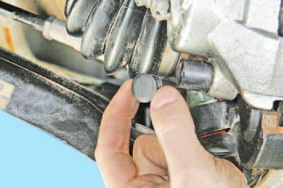 Замена тормозных колодок тормозного механизма переднего колеса Шкода Фабия