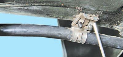 Замена тросов привода стояночного тормоза Шкода Фабия
