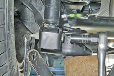 Снятие и установка амортизатора задней подвески Шкода Фабия