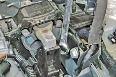 Замена левой опоры подвески силового агрегата Шкода Фабия