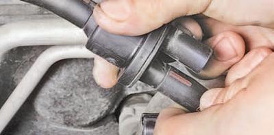 Снятие, проверка и установка клапана продувки адсорбера Шкода Фабия