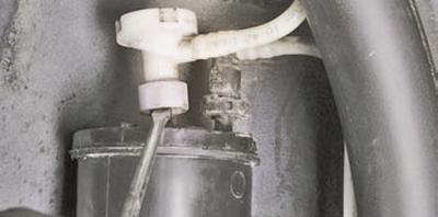 Замена адсорбера системы улавливания паров топлива Шкода Фабия